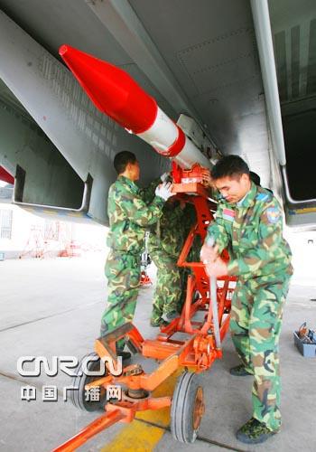 图文:机务人员在进行起飞前弹药挂载