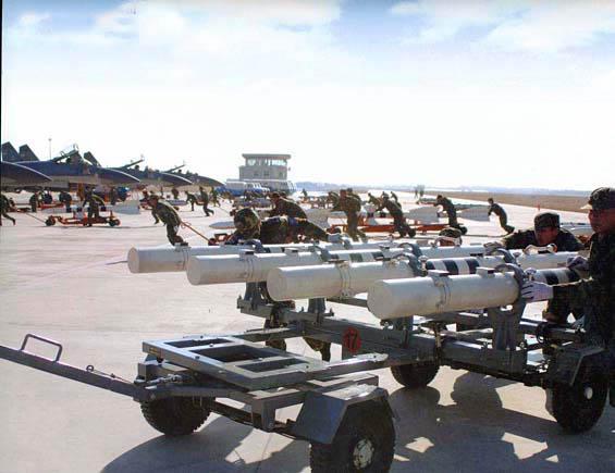 图文:解放军官兵准备为歼-11战斗机挂弹