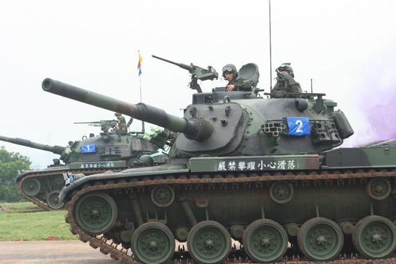 图文:训练中的台湾陆军M-48H(CM11)主战坦克