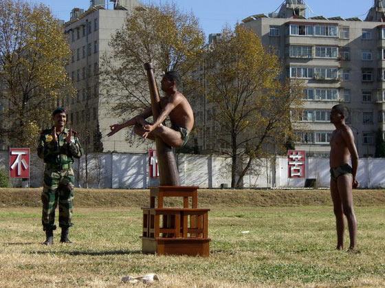 图文:中印陆军联合军演中印军士兵表演瑜伽操
