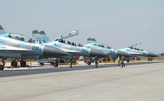 图文:印度空军苏-30MK战机群整齐停放机场