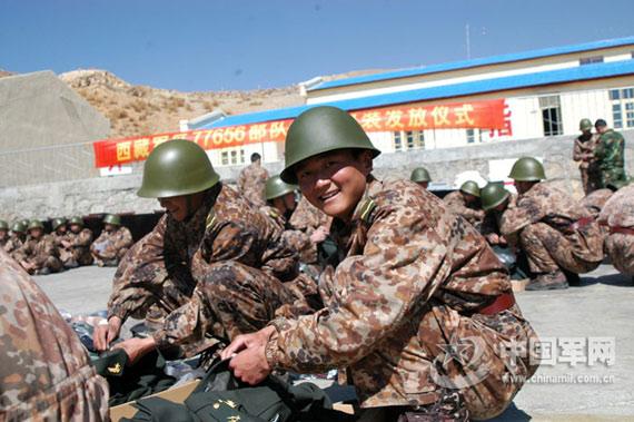 组图:解放军驻藏部队换发07式新山地迷彩服