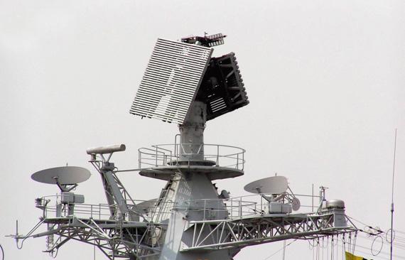 图文:中国海军现代级136号舰的顶置雷达天线