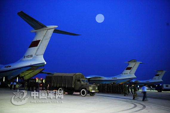 图文:解放军空军部队昼夜忙碌参与抗震救灾