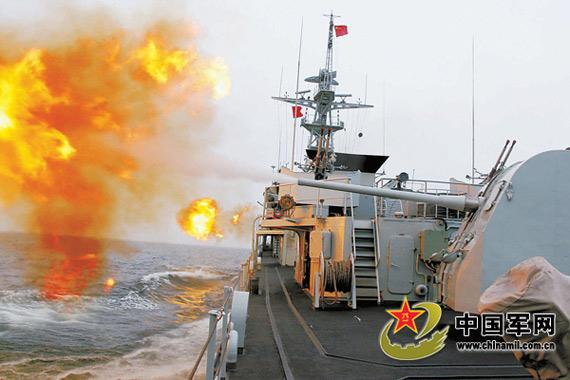 图文:东海舰队护卫舰对海上目标实施射击