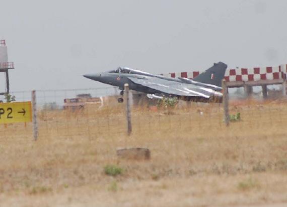 印度第二架生产型LCA轻型战机完成首飞(组图)