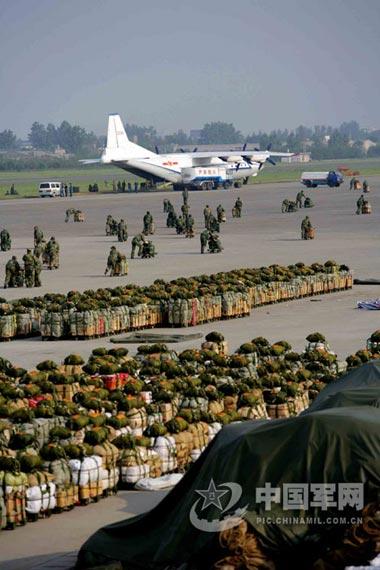 图文:中国空军运-8准备空运救灾人员物资
