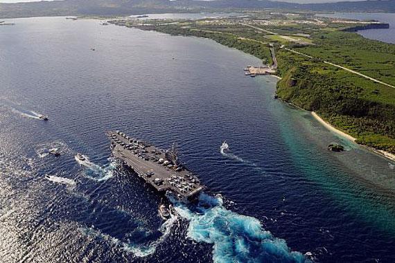 图文:美军航母进入母港