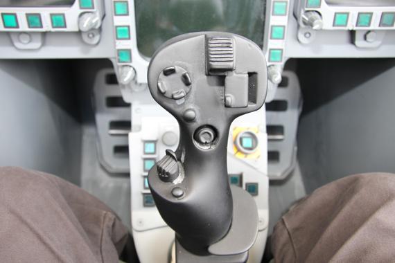 图文:台风战机座舱操纵杆特写