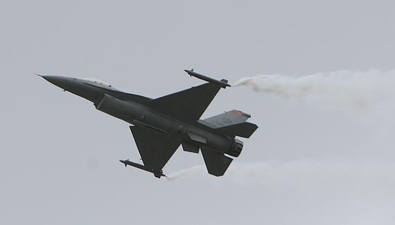 组图:美国空军F-16CBlock50战机飞行表演