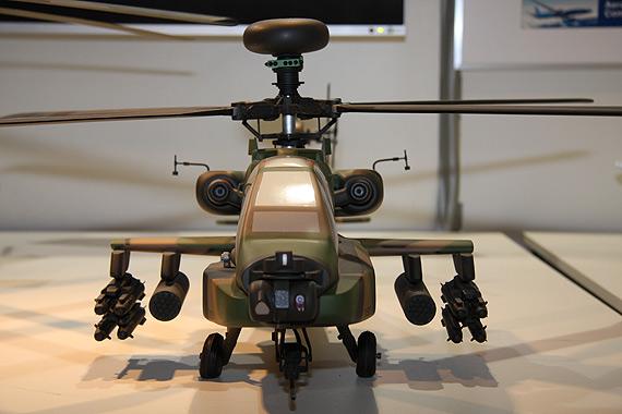 图文:日本国产型AH-64DJ直升机正面