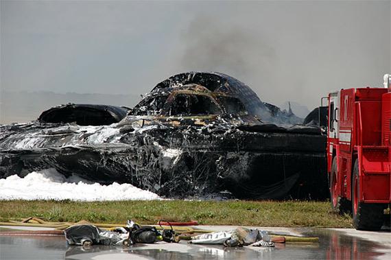B-2隐身战略轰炸机坠机现场惨状