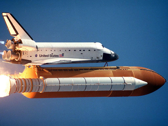 图文:美国航天飞机飞行中