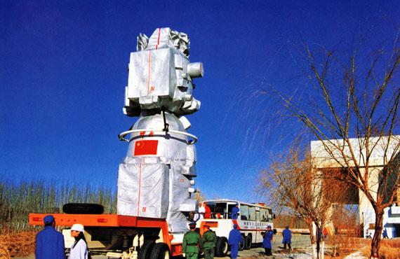 航天产品因要经历特殊严酷环境考验,必须通过采用稀有金属材料来强化零部件特殊性能要求。资料图:中国神舟飞船转场中