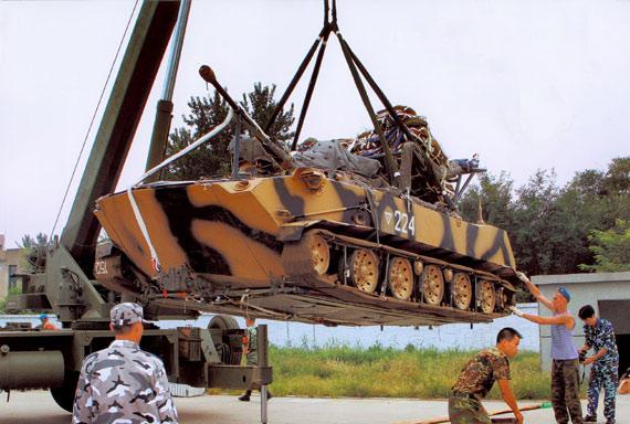 俄媒称ZBD-2000伞兵战车完全由中国自行研制