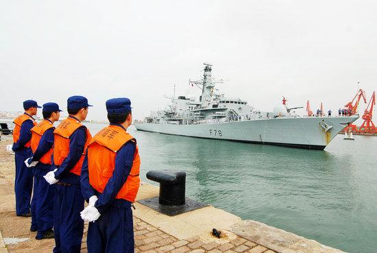 """2008年9月22日,英国海军护卫舰""""肯特""""号访问青岛,这是英国海军第五次访问青岛。周昆/CFP"""