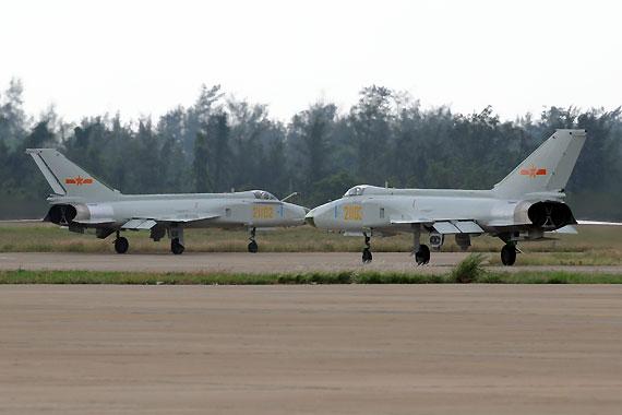 歼8IID战斗机双击上跑道 摄影:陈诚 新浪独家图片,未经许可不得转载。
