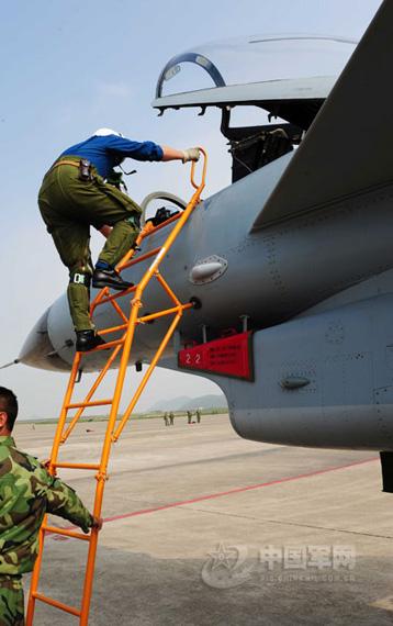 航空兵某师副师长登上歼-10战机