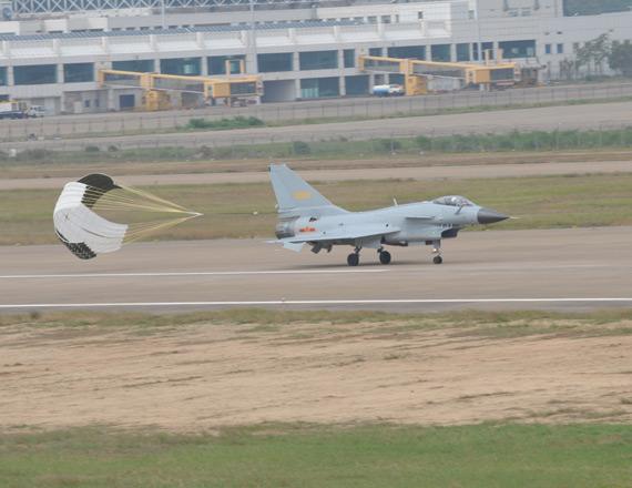 歼-10战机降落。摄影:陈诚