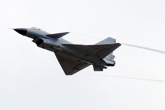 低空飞行的歼10战机机翼上拉出烟线摄影:冰凉新浪独家图片,未经许可不得转载。