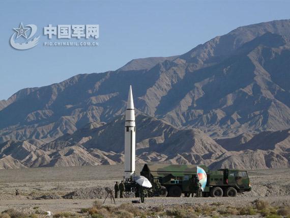 东风导弹在高原上准备发射