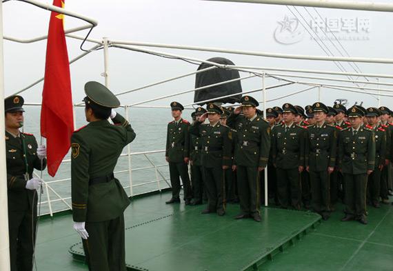 """11月24日上午,海南省边防总队海警第一支队举行""""海上升旗""""仪式,欢送退伍老兵。"""