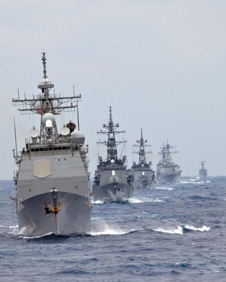 """资料图:美国海军""""夏洛""""号巡洋舰(CG-67)率领美日战舰编队在太平洋举行联合军事演习。"""