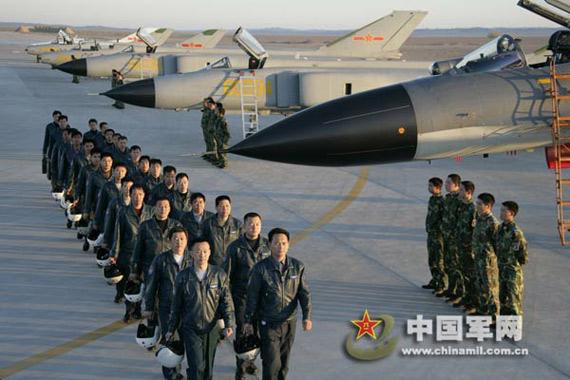 试飞员迎着朝阳开始了又一天的科研试飞工作.谭超摄