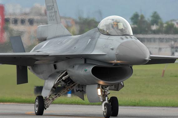 资料图:台湾空军现役F-16战斗机准备起飞