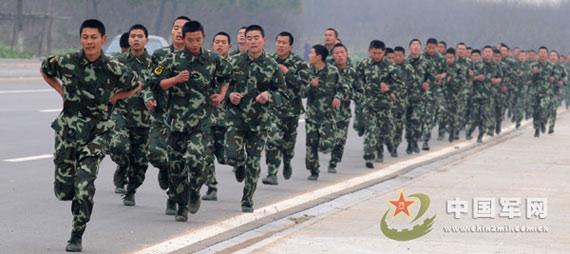 军人跑步简笔画
