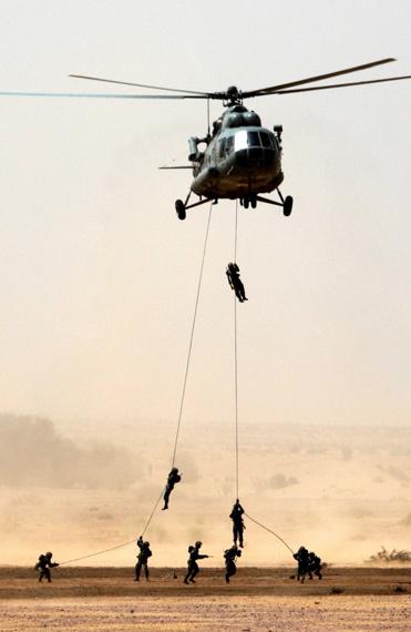 资料图:印度特种部队演练机降作战