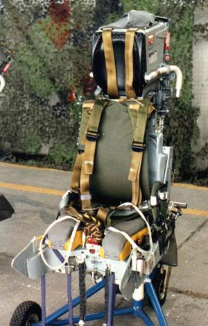 """""""鹞""""式采用了马丁・贝克MK10""""零-零""""弹射座椅,拥有较强的人员逃生能力"""