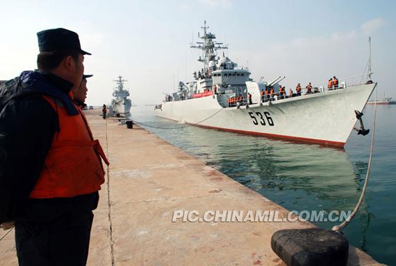 """""""芜湖""""舰进港靠码头"""