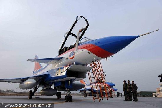 2010年3月12日17时,天津某机场,三架空军八一飞行表演队新涂装的歼-10表演机精彩亮相。余红春/CFP