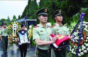 资料图:昨天,华鹏烈士的骨灰安葬仪式在泗阳县烈士陵园举行