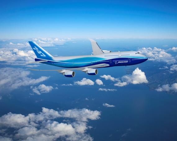 图文:波音747-8飞机在云中飞行穿梭