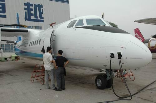 图文:工作人员对新舟600飞机进行检查