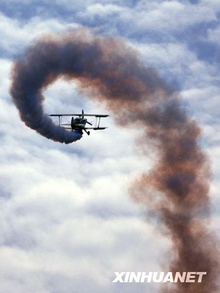 10月17日,在西安国家航空产业基地蒲城通用航空产业园内府机场上空,一架飞机在进行飞行表演。新华社记者丁海涛摄