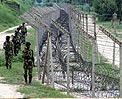 边防线上印军士兵正在巡逻