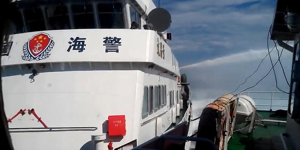不留情:中国海警船对犯我主权越船冲撞喷水执法