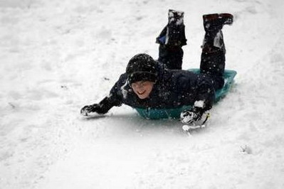 美国东北地区遭遇暴风雪纽约近千航班取消