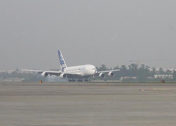 世界最大客机空客A380运送帐篷到成都(组图)