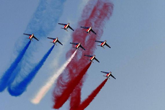 """资料图:法国空军""""法兰西巡逻兵""""飞行表演队进行特技飞行表演。"""
