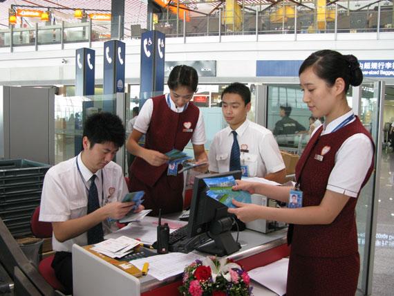仔细清点,保证旅客填写的名信片能收齐顺利寄出。(朱梅 摄)