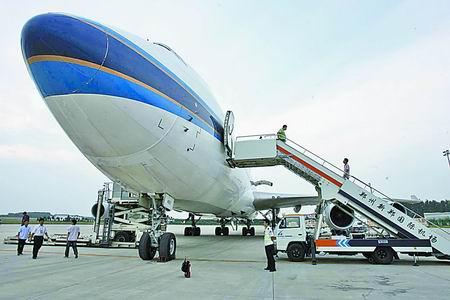 波音747-400货机在新郑国际机场整装待发