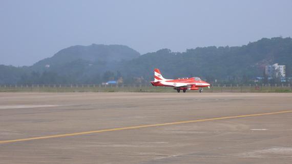 2日,四架教练机进行飞行训练。(王兰摄新浪网独家版权,禁止转载)