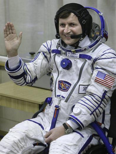 """被誉为""""Word软件之父""""的微软前研发专家、美国富翁查尔斯•西蒙尼再次以太空游客身份与这两名宇航员一起升空,西蒙尼为此次太空旅游花费了三千五百万美元。"""
