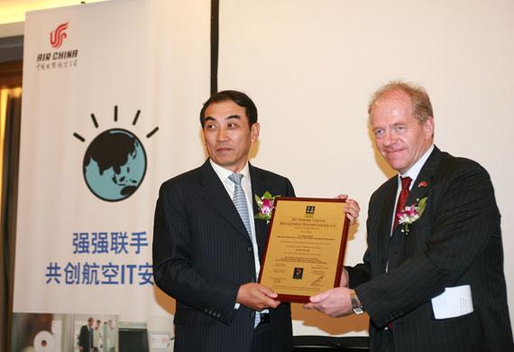 国航副总裁贺利代表国航领取了证书(刘建峰摄)