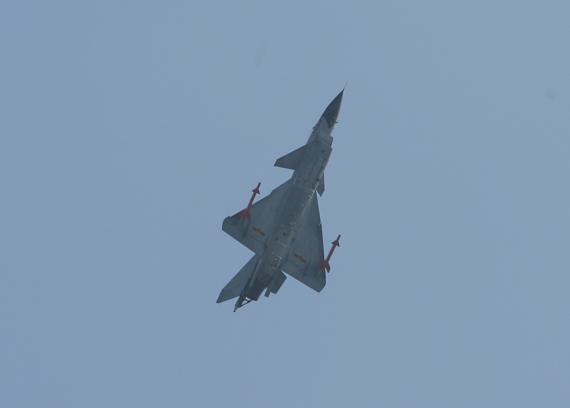 歼10战机在航空大会现场进行飞行表演 摄影:杜长军