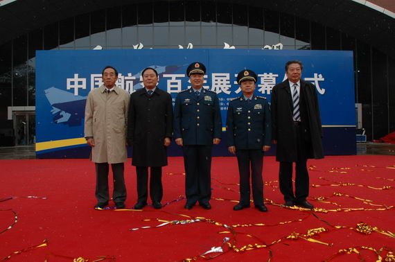 中央军委委员、空军司令员许其亮上将等出席仪式。